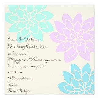 Invitación floral púrpura y azul del cumpleaños