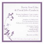 Invitación floral púrpura y blanca del boda