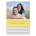 Invitación gris amarilla de la foto del compromiso felicitaciones
