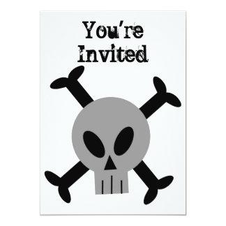 Invitación gris del cráneo y de la bandera pirata