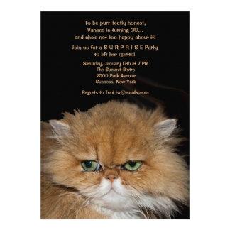 Invitación gruñona del gato