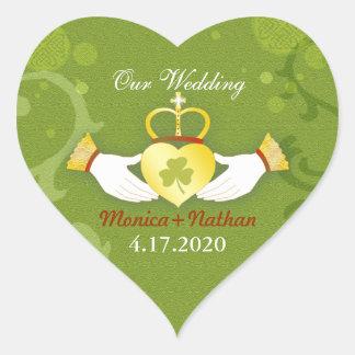 Invitación irlandesa verde del boda de la forma pegatina en forma de corazón
