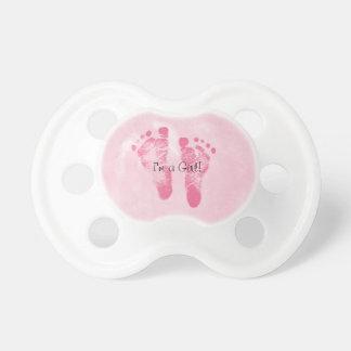 Invitación linda del nacimiento de las huellas de  chupetes de bebé