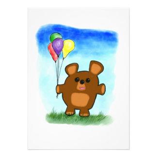 Invitación linda del oso del cumpleaños del dibujo