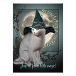Invitación media de Halloween del gato blanco mági