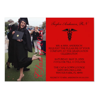 Invitación médica roja de la graduación de la