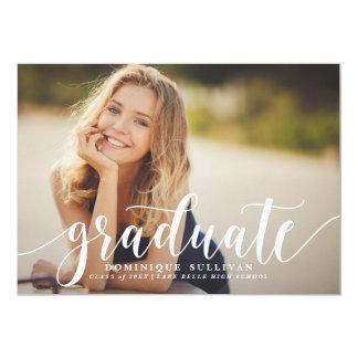 Invitación moderna blanca de la graduación de la