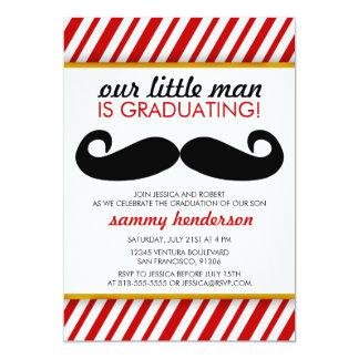 Invitación moderna de la graduación del muchacho