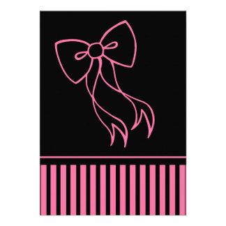Invitación negra rosada del arco