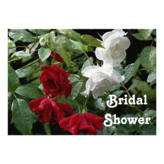 Invitación nupcial roja de la ducha del boda de lo