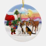 Invitación para dos beagles adorno navideño redondo de cerámica