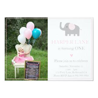 Invitación poco rosada y gris del cumpleaños del