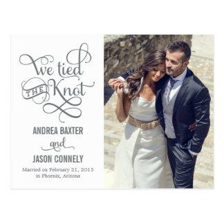 Invitación preciosa del boda del nudo - blanco postales