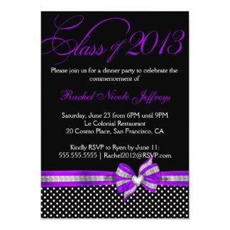 Invitación púrpura blanca negra de la graduación