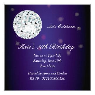 Invitación púrpura de la fiesta de cumpleaños de l