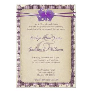 Invitación púrpura del boda de la arpillera