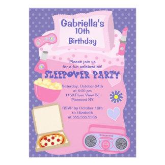Invitación púrpura del cumpleaños de la diversión