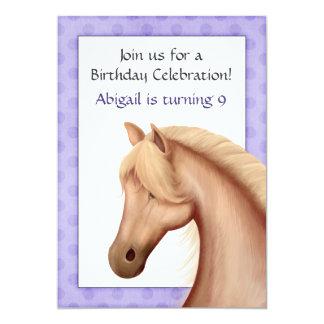 Invitación púrpura del cumpleaños del caballo
