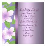 Invitación púrpura del cumpleaños del Frangipani