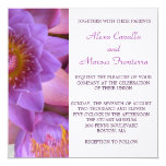 Invitación púrpura vibrante del boda de la flor de