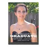 Invitación rayada negra y blanca de la graduación