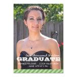 Invitación rayada verde y blanca de la graduación