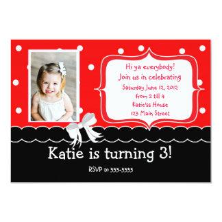 Invitación roja de la fiesta de cumpleaños