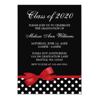 Invitación roja de la graduación de los lunares invitación 12,7 x 17,8 cm