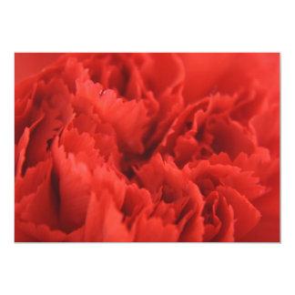 Invitación roja de los pétalos del clavel