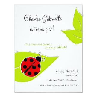 Invitación roja del cumpleaños de la mariquita invitación 10,8 x 13,9 cm