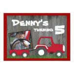Invitación roja del cumpleaños del tractor: Foto Invitación 12,7 X 17,8 Cm