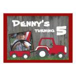 Invitación roja del cumpleaños del tractor: Foto e