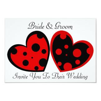 Invitación roja y negra de los corazones