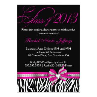 Invitación rosada blanca negra de la graduación de