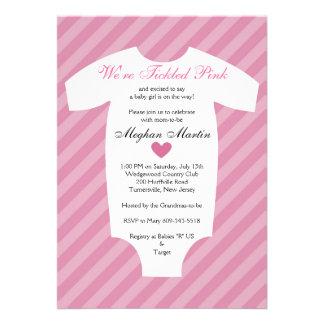 Invitación rosada cosquilleada de la fiesta de bie
