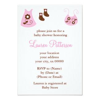 Invitación rosada de la ducha de la ropa del bebé