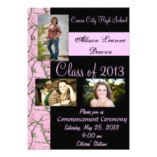 Invitación rosada de la graduación de Camo