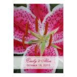Invitación rosada oscura del boda del lirio del invitación 12,7 x 17,8 cm