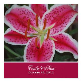 Invitación rosada oscura del boda del lirio del