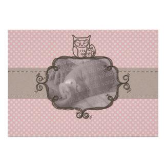Invitación rosada terrosa del nacimiento del búho
