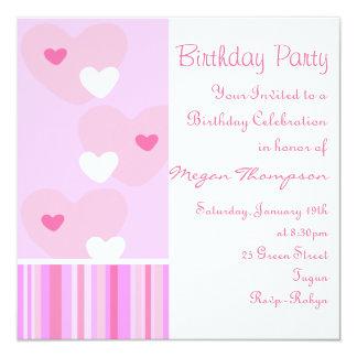Invitación rosada y blanca del cumpleaños del