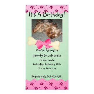 Invitación rosada y verde del cumpleaños de la imp tarjeta personal