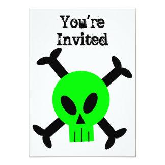 Invitación verde del cráneo y de la bandera pirata