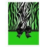 Invitación verde descarada de la cebra con el arco