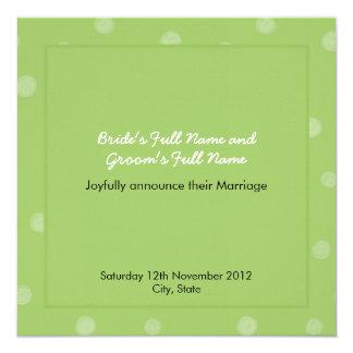 Invitación verde pintada del boda de los puntos