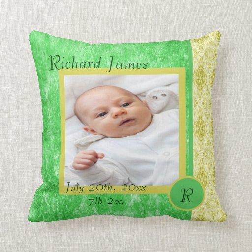 Invitación verde y amarilla del nacimiento del beb almohada