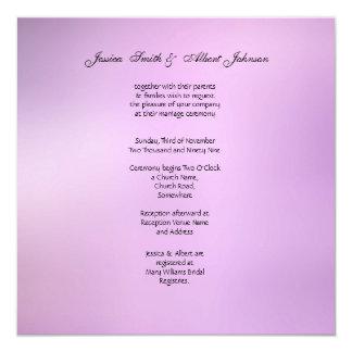 Invitación violeta del boda del ramo del boda