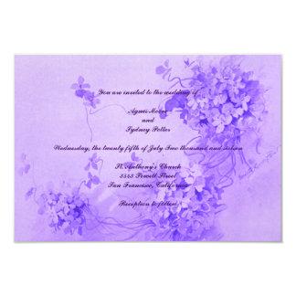 Invitación violeta floral ligera del boda del