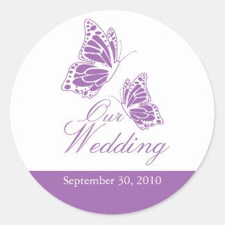 Invitación violeta simple del boda de la mariposa pegatina redonda