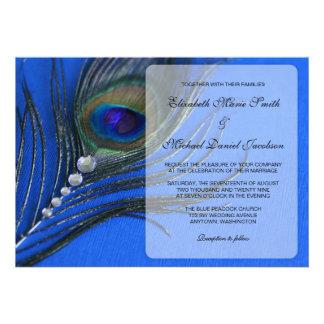 Invitaciones azules del boda de la pluma del pavo